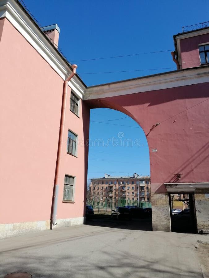 桃红色大厦曲拱  库存图片