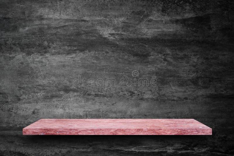 桃红色大理石石桌空的上面在混凝土墙背景的 库存图片
