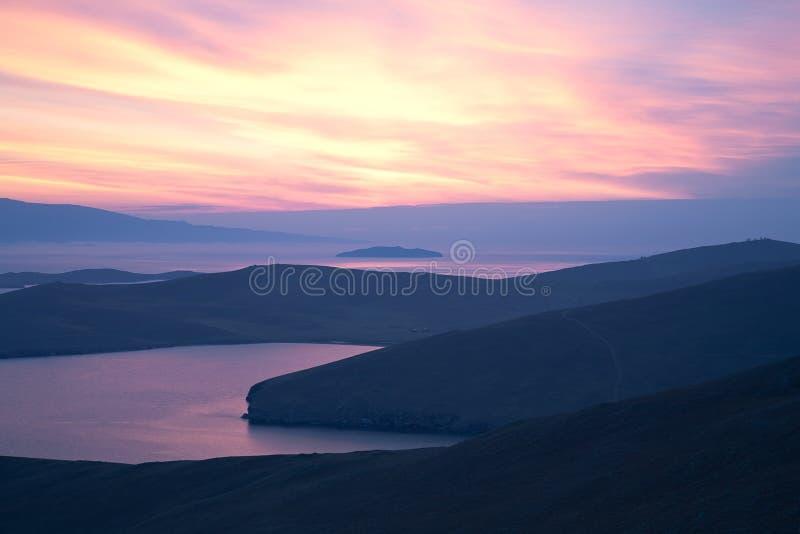 桃红色天空、海湾的日出、日落和海岛 图库摄影