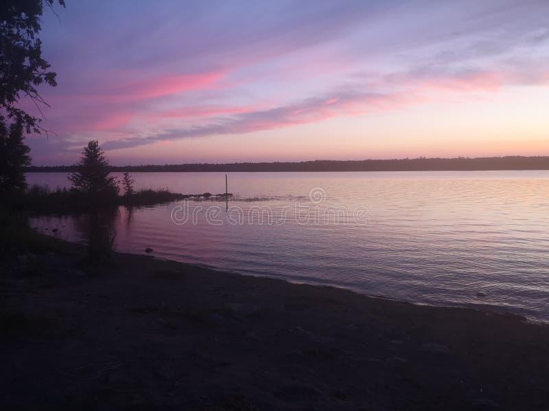 桃红色天空在晚上 库存照片