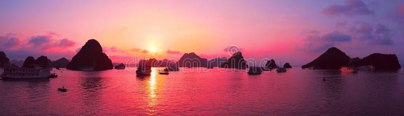 桃红色天空,日落 下龙湾,越南全景 免版税库存照片