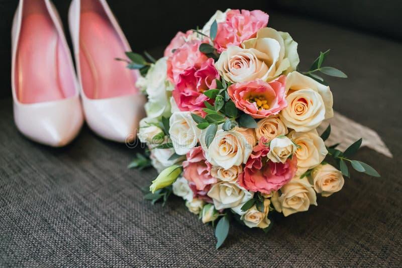 桃红色婚礼花束  免版税库存图片