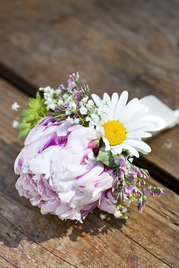 桃红色婚礼钮扣眼上插的花 库存图片