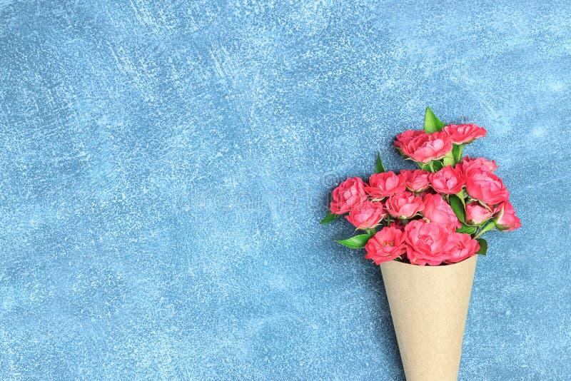 桃红色小玫瑰美丽的花束在葡萄酒包装的和礼物盒或者礼物 免版税图库摄影