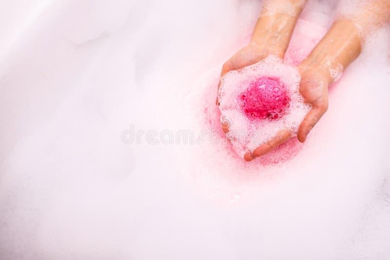桃红色巴恩炸弹在水中 免版税库存照片