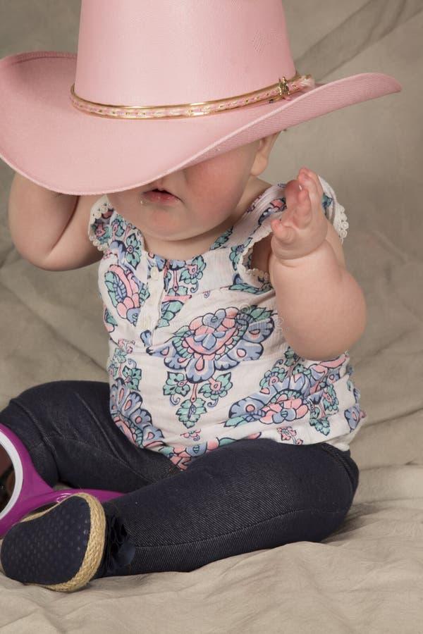 桃红色帽子暗藏的面孔 免版税图库摄影