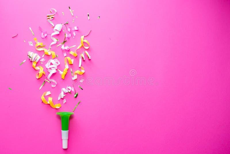 桃红色庆祝,党背景与五颜六色的五彩纸屑的概念想法,在白色的飘带 平的位置设计 免版税库存图片