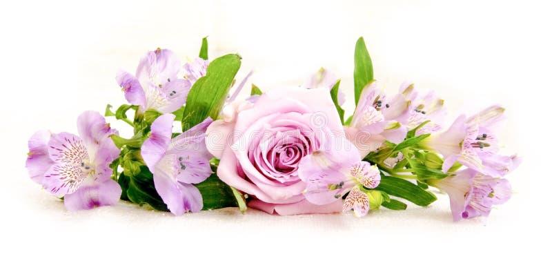 桃红色德国锥脚形酒杯和玫瑰色花美丽的花束在亚麻布 库存照片