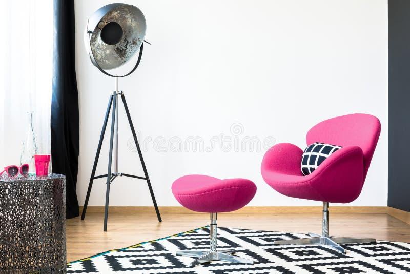 桃红色扶手椅子和凳子 免版税库存照片
