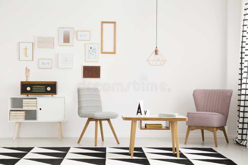 桃红色扶手椅子在客厅 免版税库存图片