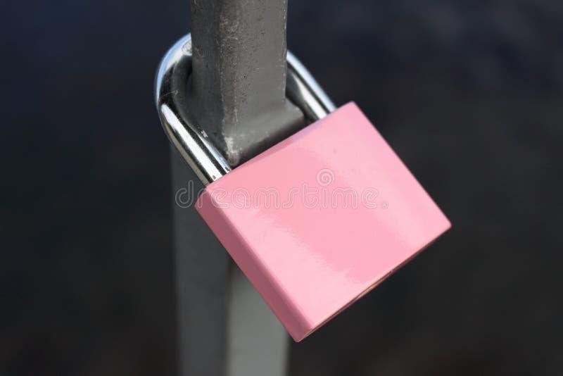 桃红色挂锁附加路轨 免版税图库摄影