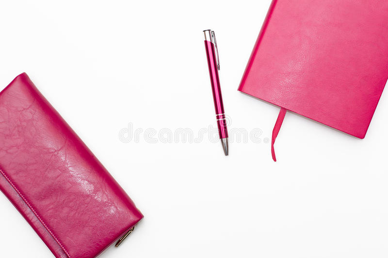 桃红色日志、笔和钱包妇女的桃红色在白色背景 免版税库存图片