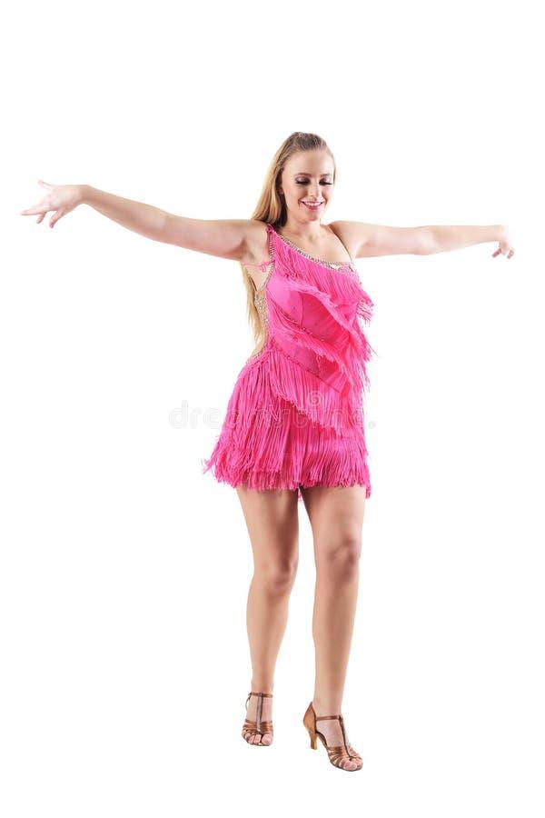 桃红色服装的愉快的微笑的专业舞蹈家有被伸出的胳膊的摆在 免版税库存照片