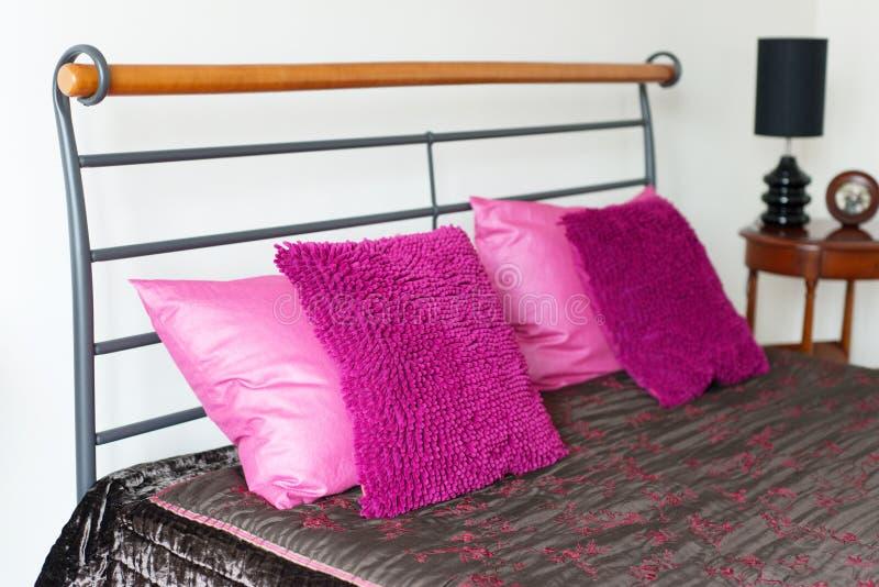 桃红色枕头在床放置在卧室 仿造正方形 简单派 免版税库存图片