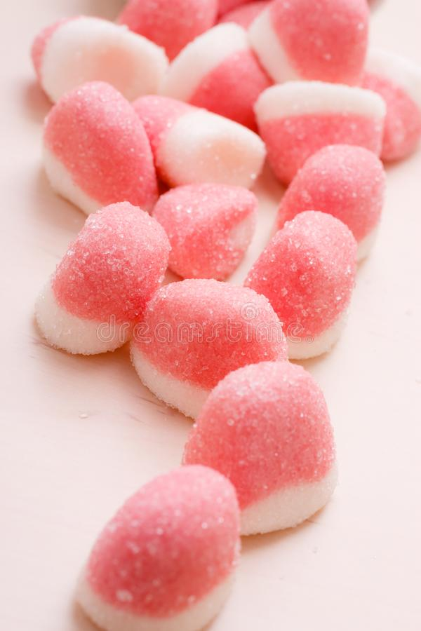 桃红色果冻或蛋白软糖用糖在桌上 图库摄影