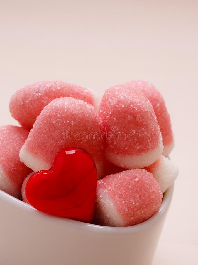 桃红色果冻或蛋白软糖用糖在碗 免版税库存照片