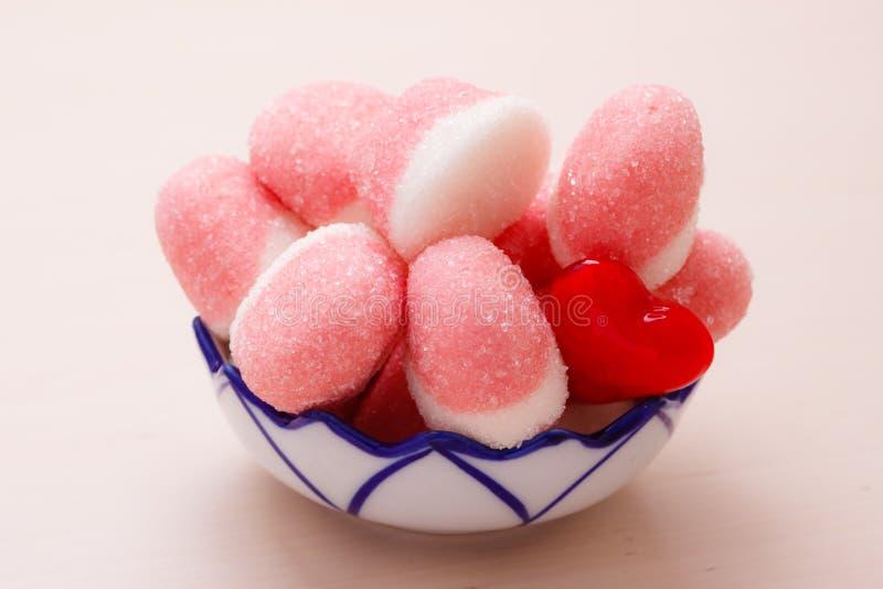 桃红色果冻或蛋白软糖用糖在碗 库存照片