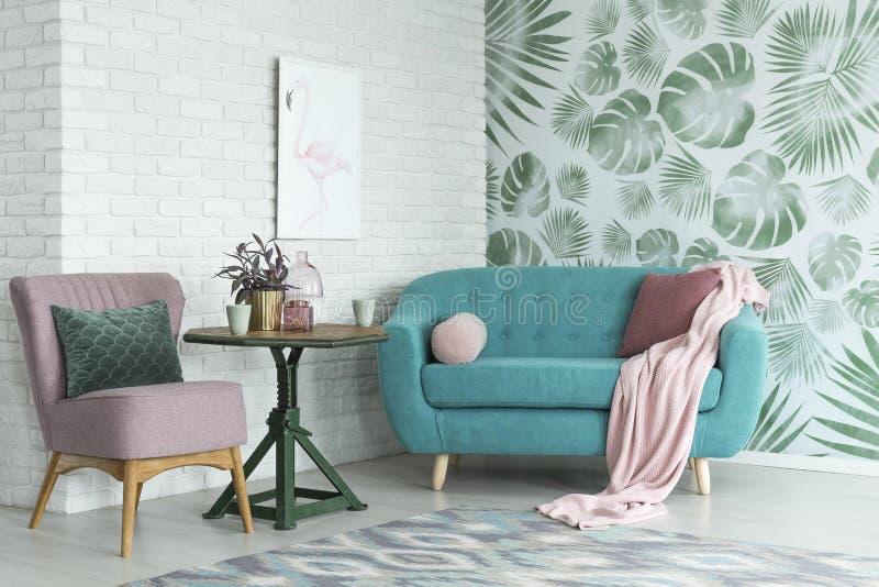 桃红色椅子和蓝色沙发 免版税库存图片