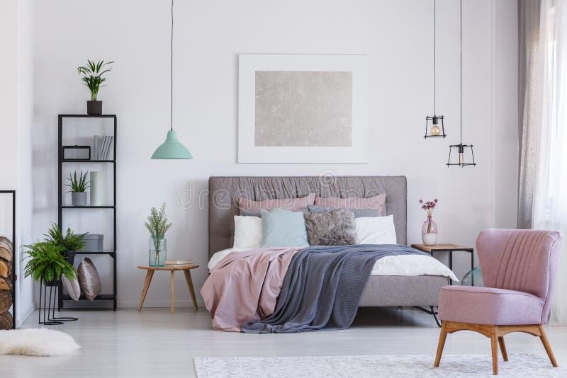 桃红色椅子在可爱的卧室 库存照片