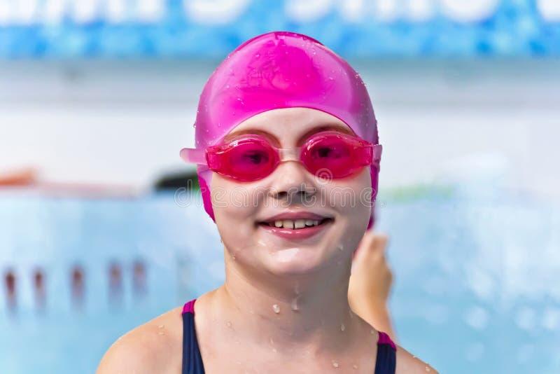 桃红色橡胶帽子的女孩 库存图片