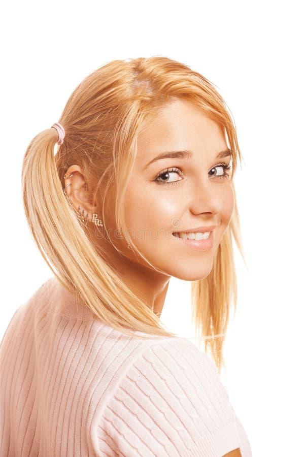 桃红色毛线衣的美丽的微笑的年轻女人 库存照片