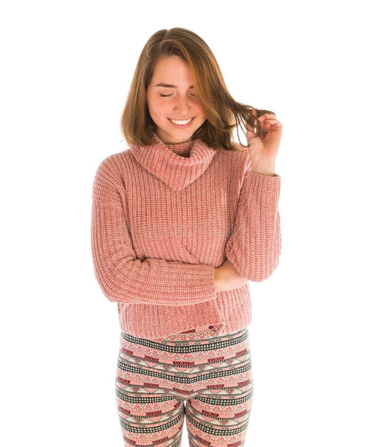桃红色毛线衣的年轻逗人喜爱的微笑的妇女 免版税库存照片