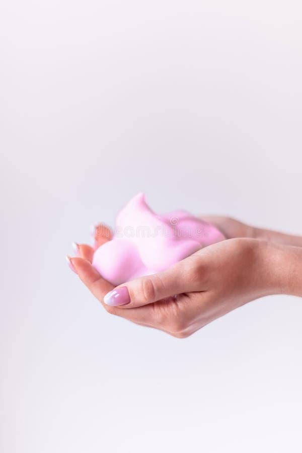 桃红色泡沫在手上,卫生学 免版税库存图片