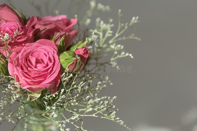 桃红色浪花玫瑰花束的顶视图在灰色背景的 免版税图库摄影