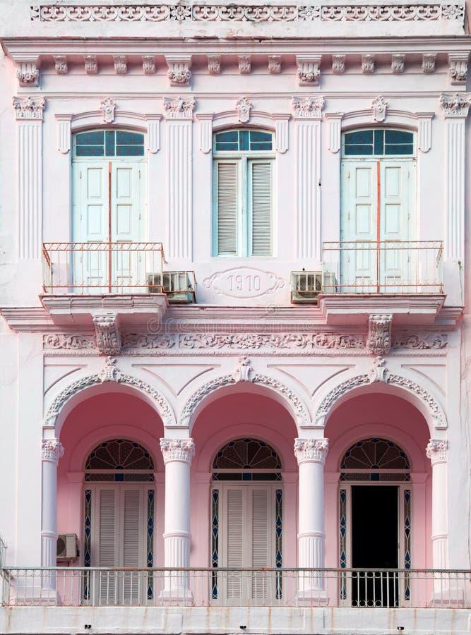 桃红色淡色大厦在哈瓦那在古巴 免版税库存照片