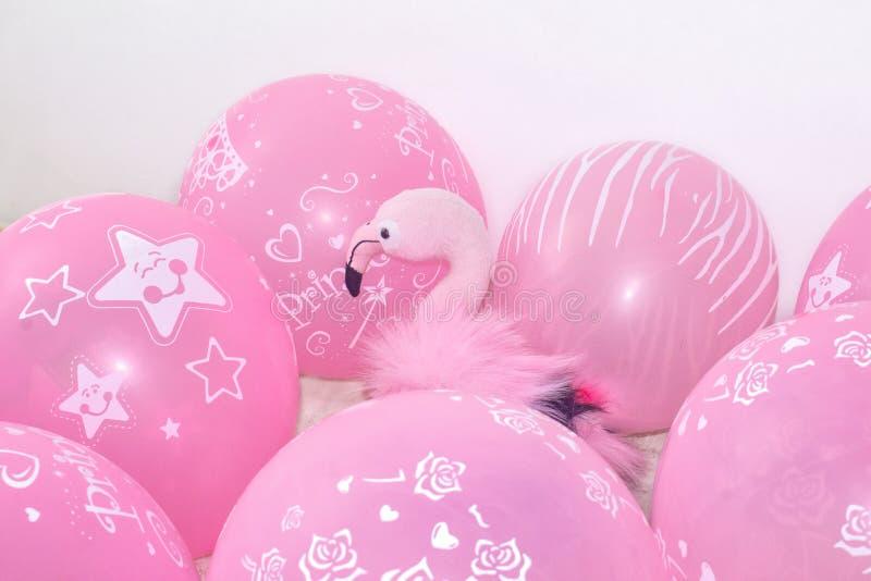 桃红色火鸟、软的玩具和气球 节日礼物和装饰的概念 免版税库存图片