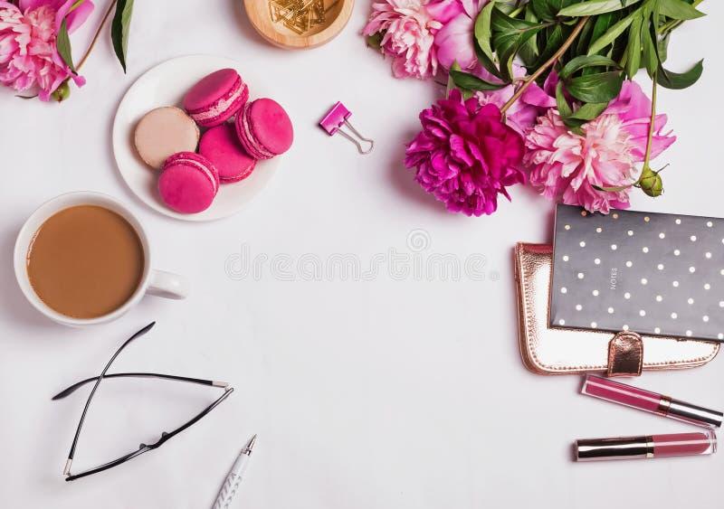 桃红色牡丹、咖啡用牛奶和逗人喜爱的女性辅助部件 库存照片