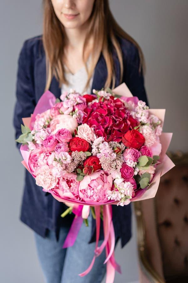 桃红色牡丹和红色八仙花属 E 花卉商店概念 英俊新鲜 库存照片