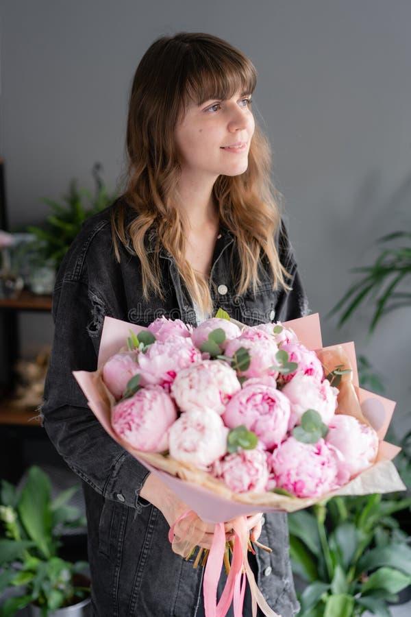 桃红色牡丹在妇女手上 编目或网络商店的美丽的牡丹花 花卉商店概念 美丽新鲜 库存图片
