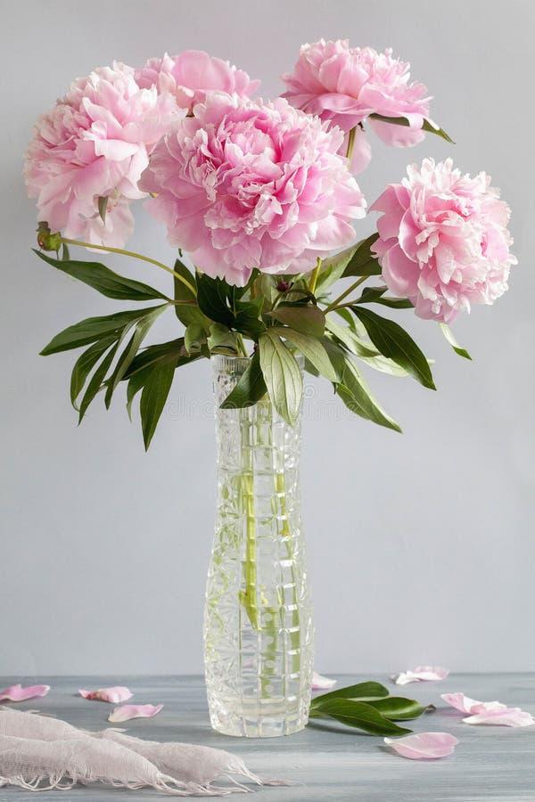 桃红色牡丹花花束在花瓶的 免版税库存图片