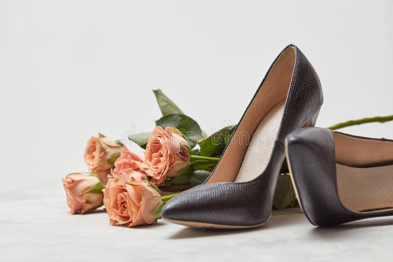 桃红色玫瑰和妇女` s鞋子花束  免版税库存照片