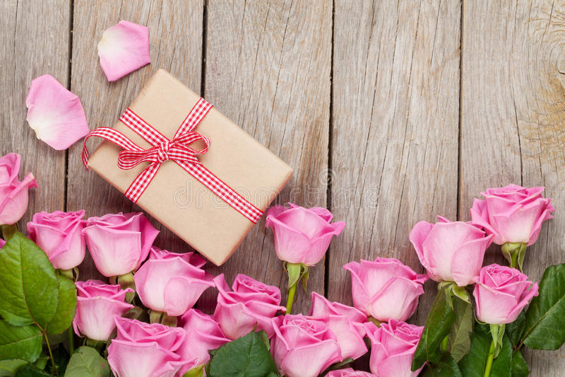 桃红色玫瑰和情人节礼物盒 库存图片