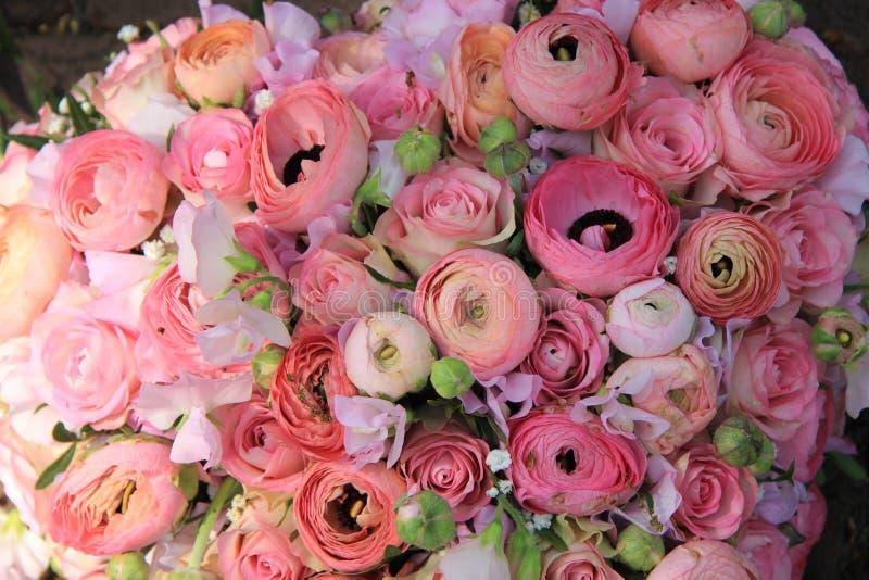 桃红色玫瑰和毛茛属新娘花束 免版税库存照片