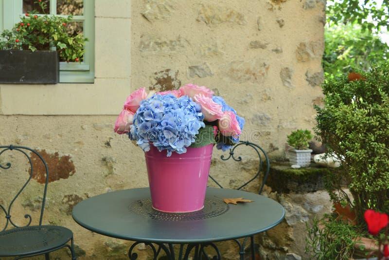 桃红色玫瑰和蓝色八仙花属花束  免版税图库摄影