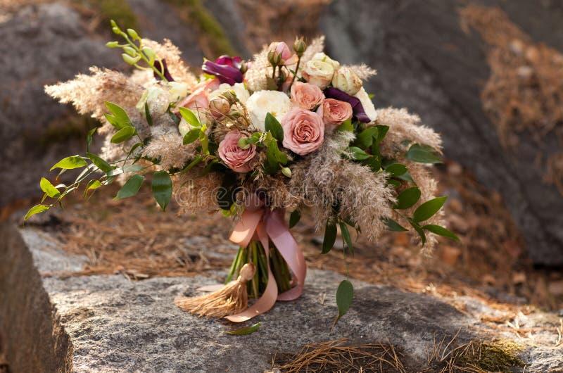 桃红色玫瑰和绿叶花束  免版税库存图片
