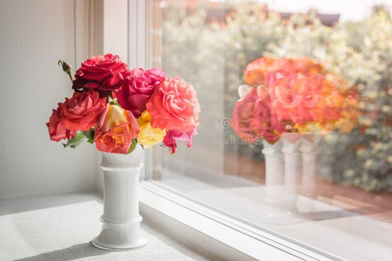 桃红色玫瑰在窗口里 库存图片