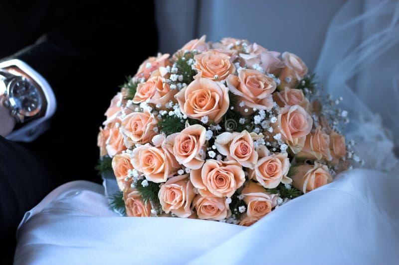 桃红色玫瑰新娘花束在婚礼的 免版税库存图片