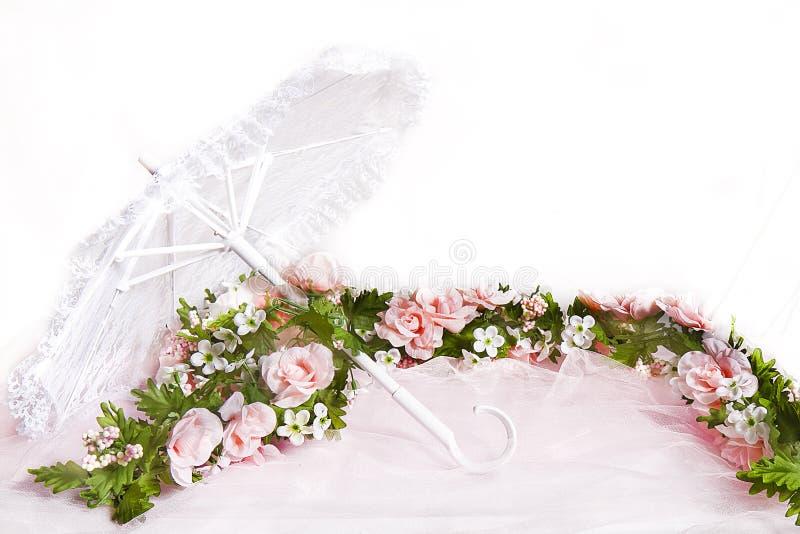 桃红色玫瑰白色鞋带遮阳伞和诗歌选  免版税图库摄影