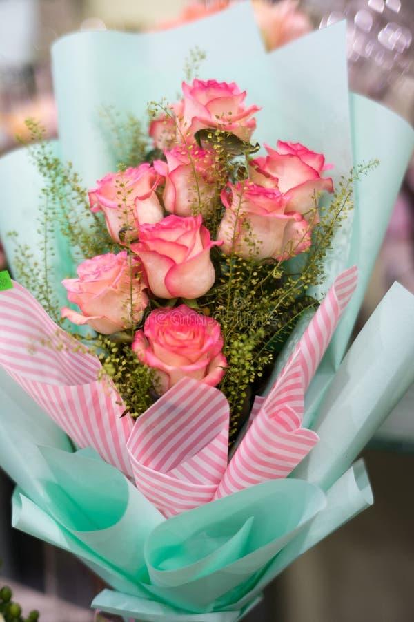 桃红色玫瑰美丽的花束  库存图片
