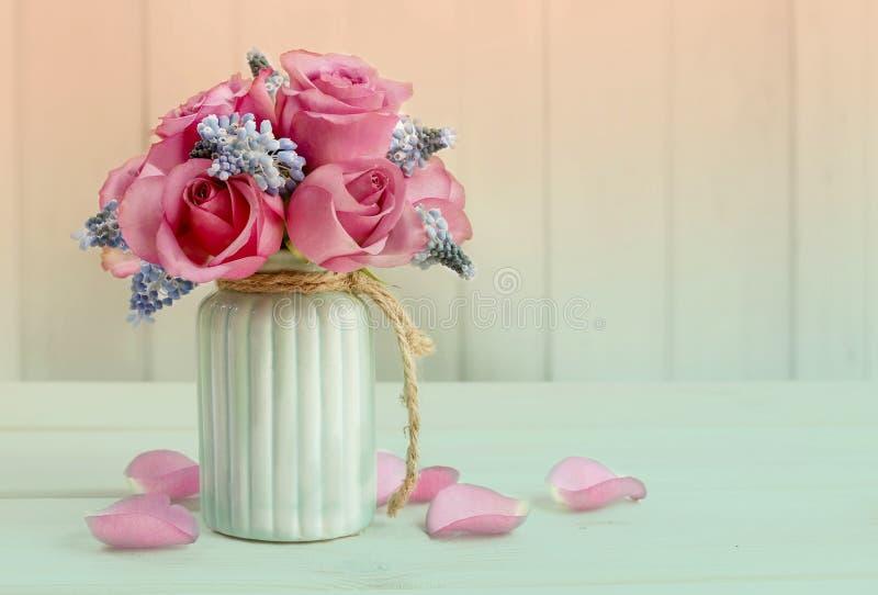 桃红色玫瑰花束和蓝色穆斯卡里开花(葡萄风信花) 库存照片