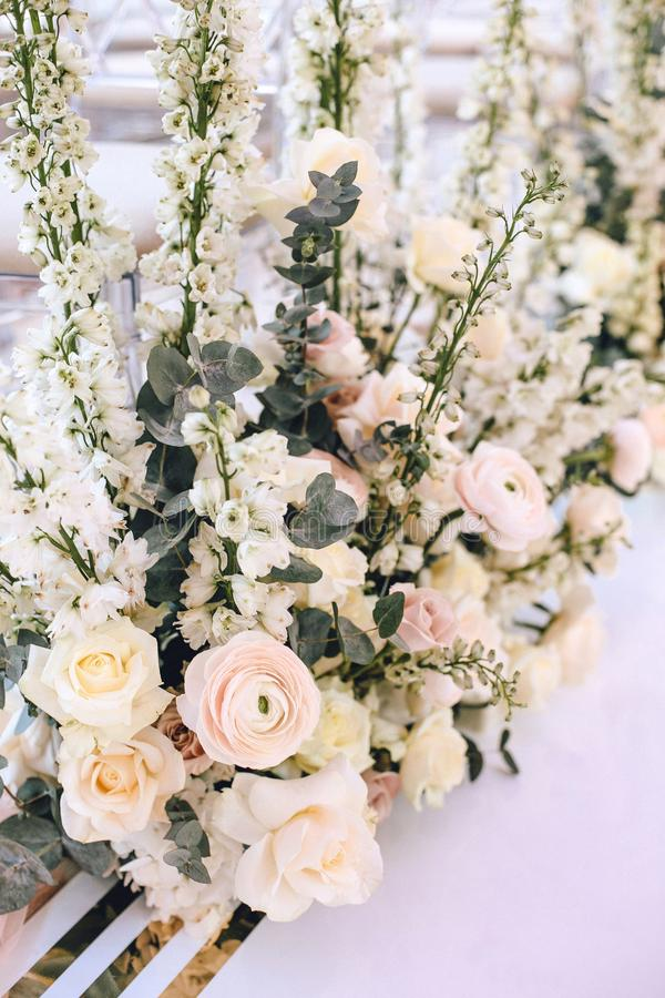 桃红色玫瑰花的布置花束、毛茛属和白色响铃和玉树在白色背景 免版税图库摄影