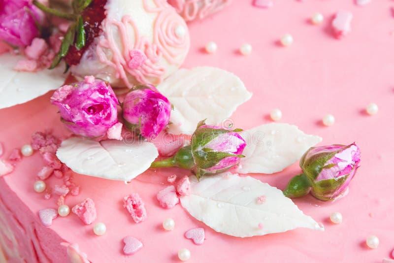 桃红色玫瑰芽和白色巧克力叶子 图库摄影