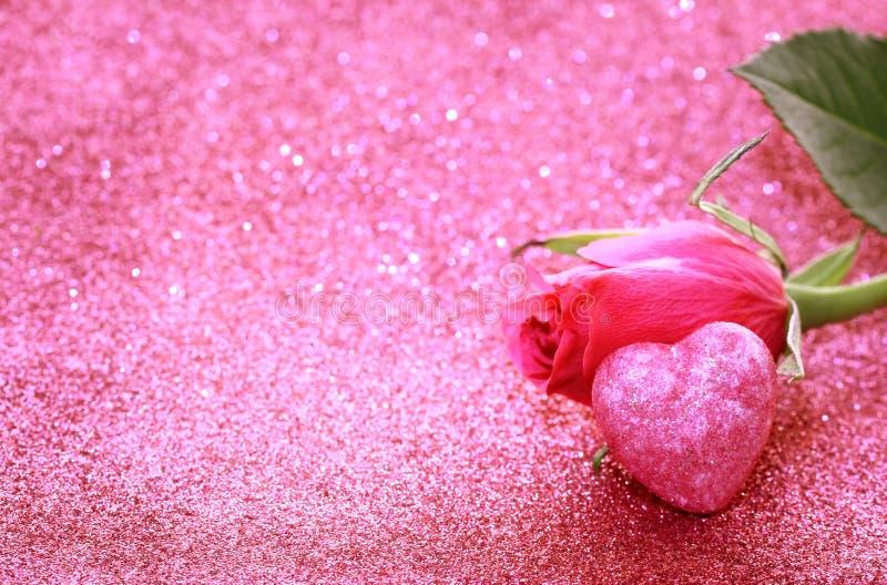 桃红色玫瑰,心脏,闪烁背景 库存图片
