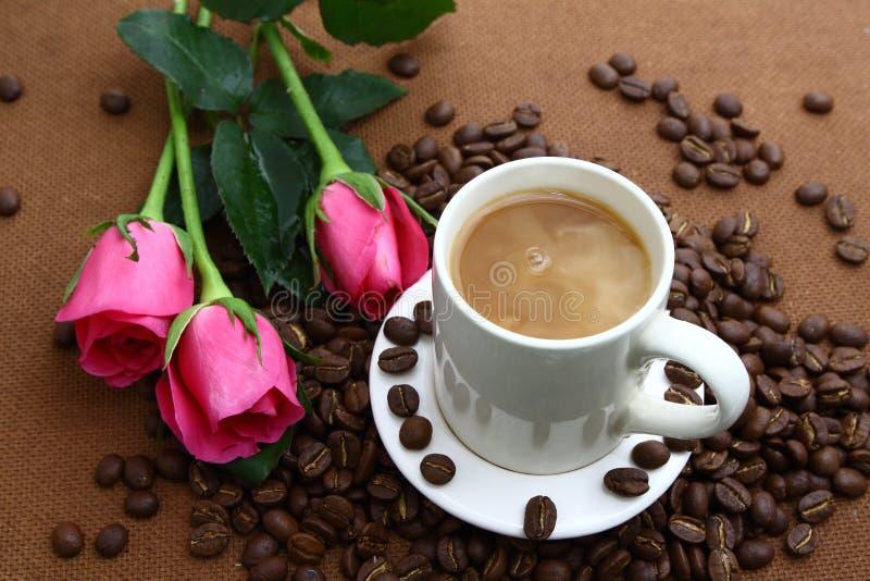 桃红色玫瑰黑色coffe杯子和咖啡豆 图库摄影
