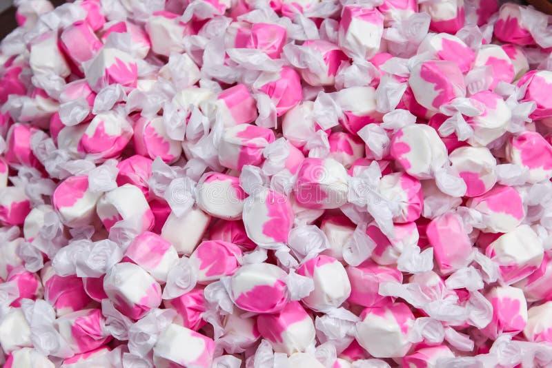 桃红色玻璃纸包装的糖果纹理  免版税图库摄影