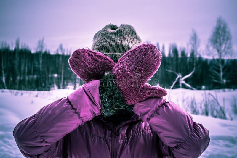 桃红色的女孩躲藏起来从她的面孔照相机用您的手 图库摄影